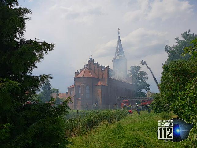 Ogień zajął XIX-wieczną wieżę kościoła pw. św. Piotra i Pawła