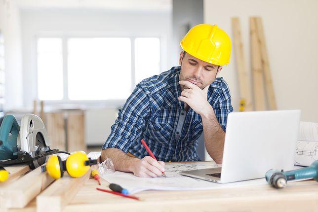 Inżynier pracuje nad projektem budowy