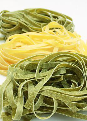 Surowy makaron szpinakowy (spaghetti)