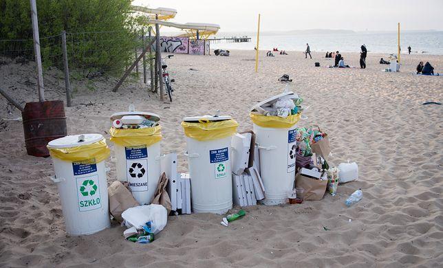 Śmieci bardzo często lądują w piachu