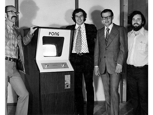 Od lewej: Ted Dabney, automat PONG, Noal Bushnell, Fred Marincic, Al Alcorn.