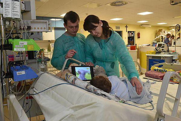 Adaś razem z rodzicami w szpitalu
