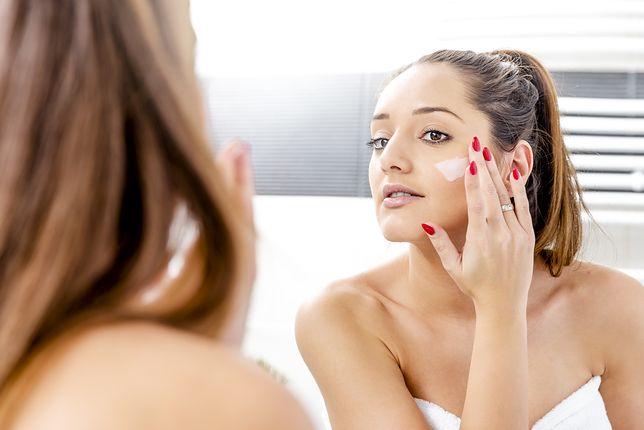 Kremy, które odmienią skórę podczas snu. Ważny jest sposób nakładania