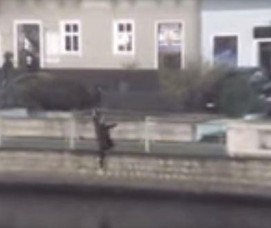 Mężczyzna przeszedł przez barierkę i wpadł do rzeki
