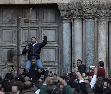 Demonstranci przed zamkniętą bramą Bazyliki Grobu w Jerozolimie