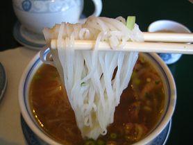 Ugotowany makaron ryżowy