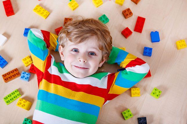 Dzieci uwielbiają zabawę klockami