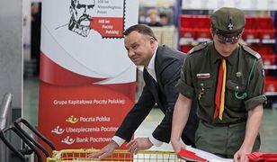 Prezydent Andrzej Duda pomagał pakować i wysyłać polskie flagi