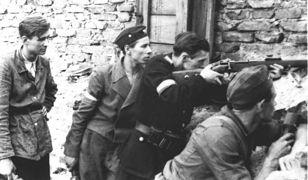 Żołnierze na barykadzie podczas Powstania Warszawskiego