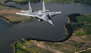 Myśliwiec MiG-29 Polskich Sił Zbrojnych podczas lotu w misji NATO Baltic Air Policing