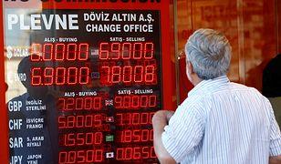 Turcy z niepokojem patrzą, jak ich waluta z dnia na dzień traci na wartości