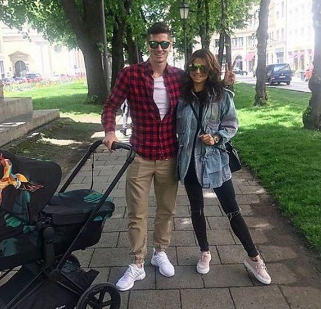 Na to zdjęcie czekali wszyscy! Lewandowscy na pierwszym spacerze z córką!