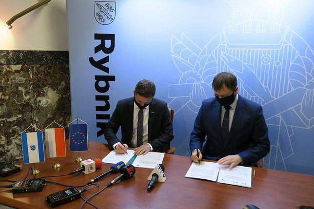 Władze Rybnika i WOFOS podpisały umowę o dotacji dla miasta na termomodernizację.