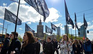 """Marsz Młodzieży Wszechpolskiej spotkał się z kontrmanifestacją. """"Warszawa wolna od faszyzmu"""""""