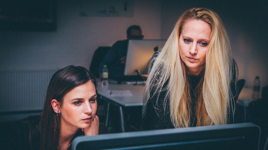 Outsourcing IT zamiast wielkich kontraktów – polski rząd chce zinformatyzować sięsam