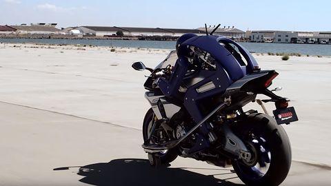 Samosterujące samochody? Yamaha prezentuje robota-motocyklistę