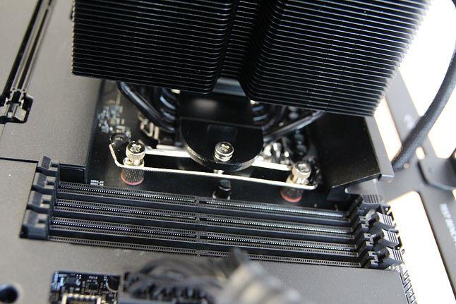 Zamontowany cooler nie koliduje z komponentami płyty głównej.