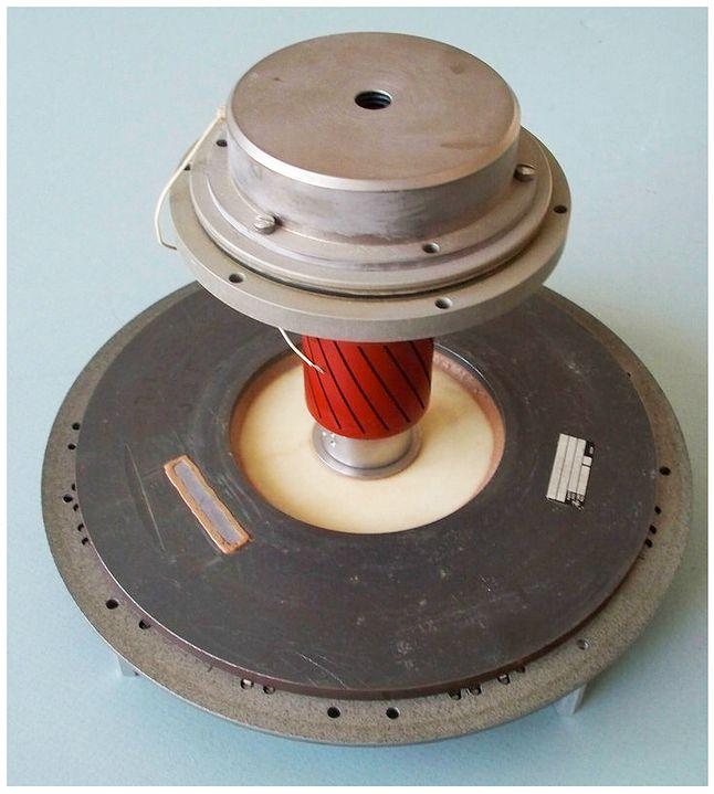 Dysk bębnowy, podobnie jak w dysk w D17-B składał się z wirującego dysku magnetycznego (3450 obr.min) oraz dysku z głowicami odczytu i zapisu.