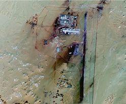 Sahara. Przeglądając mapy Google, natknął się na tajną bazę wojskową, otoczoną... minami. Nowe fakty