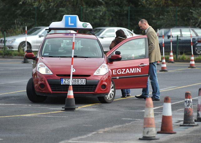 Kobieta po oblanym egzaminie na prawo jazdy ukradła  samochód z placu manewrowego.