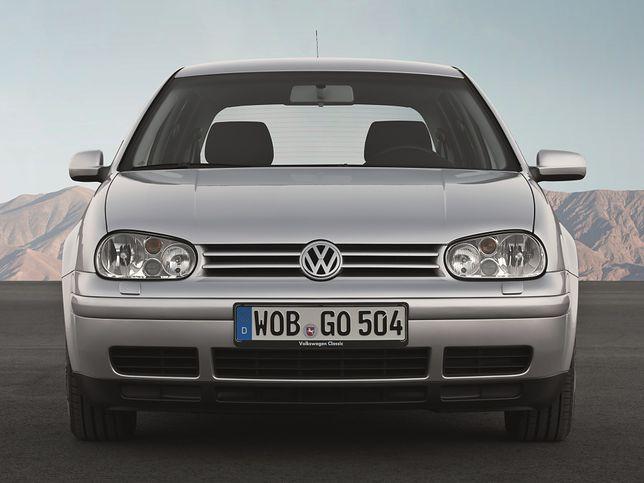 Volkswagen Golf przyzwyczaił nas do widoku małego lusterka z prawej strony.