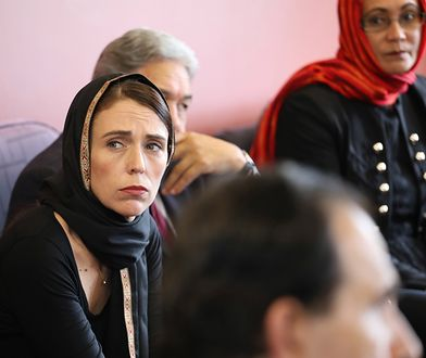 Premierka Nowej Zelandii na miejscu masakry. W hijabie oddała hołd ofiarom
