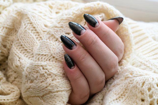 Modne paznokcie na wiosnę mogą nawiązywać kolorystyką do rozgwieżdżonego nieba.