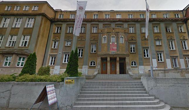 Uczeń w Głogowie przystawił nauczycielowi atrapę broni do głowy. Wycelował w sufit i strzelił