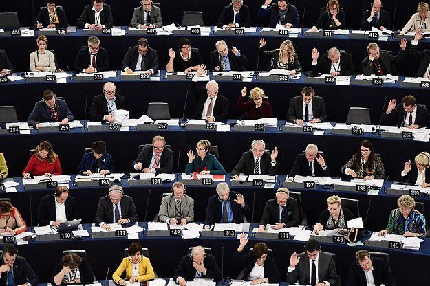 Eurodeputowani PiS zatrudniali ludzi na lewych etatach? Będą zwracać pieniądze