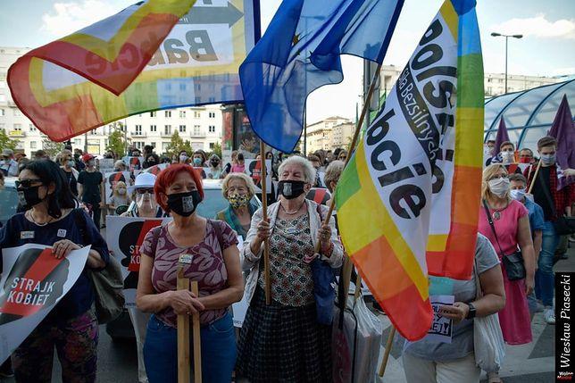 Strajk kobiet. Polskie Babcie ramię w ramię z protestującymi