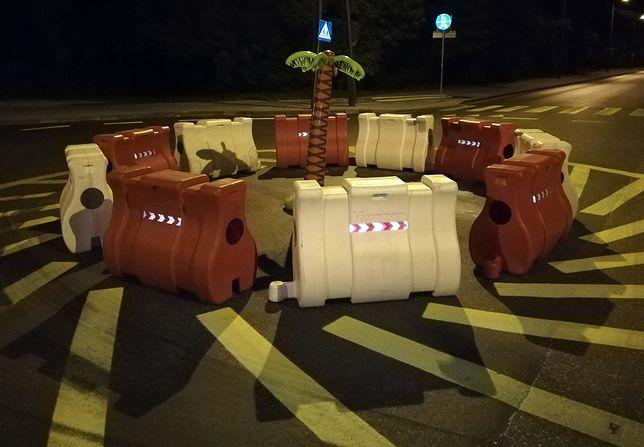 Atrapa palmy nawiązuje do artystycznej instalacji Joanny Rajkowskiej z Alej Jerozolimskich w Warszawie