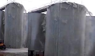 Film pokazujący awarię silosu i wylew dziesiątek tysięcy litrów trunku na ziemię w sieci zamieścił robotnik pracujący w pobliżu.