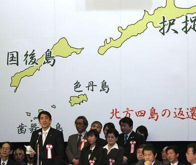 Premier Shinzo Abe w 2007 roku na tle mapy przedstawiającej część Wysp Kurylskich, do której Japonia rości pretensje