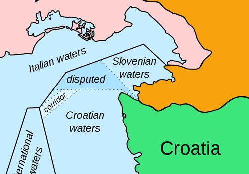 Przerywaną linią zaznaczony jest sporny obszar Zatoki Pirańskiej