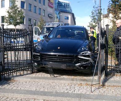 Porsche nie zmieściło się w bramę prowadzącą do parku przy ul. Podgórnej
