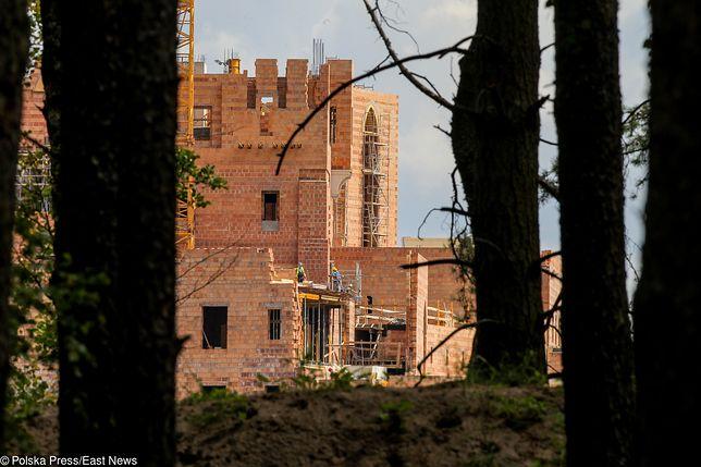 Minister Środowiska Henryk Kowalczyk zapowiedział,że sprawdzi czy zamek powstał w zgodzie z przepisami