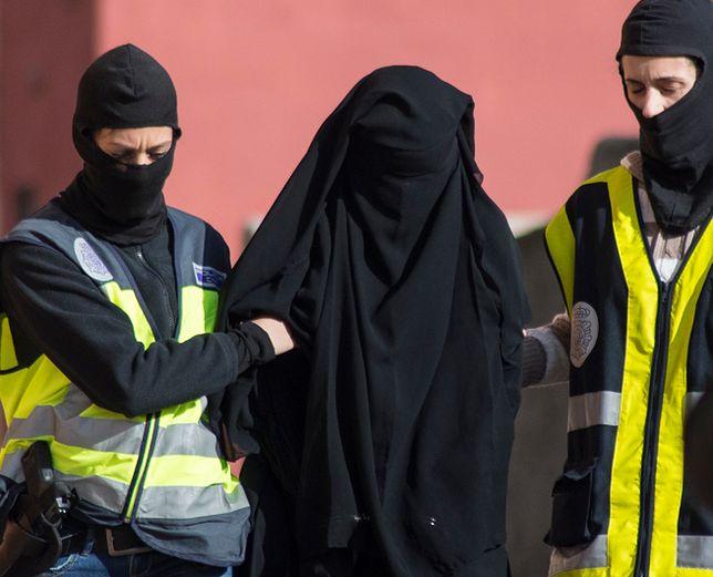 Operacja policyjna wymierzona w rzekomych rekruterów młodych kobiet, które miałyby dołączyć do dżihadystów Państwa Islamskiego w Syrii lub Iraku