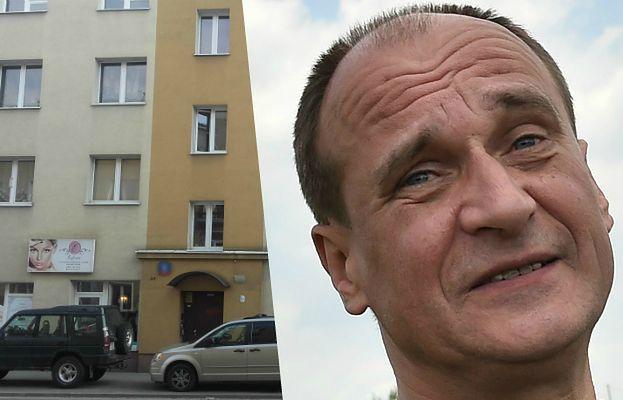 """Kukiz kupił mieszkanie za bezcen? Sprawdziliśmy, jak wygląda """"apartament"""" muzyka"""