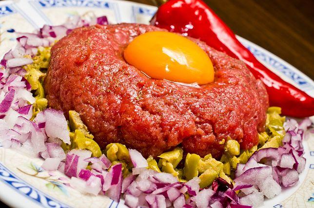 Tatar z surowym jajkiem