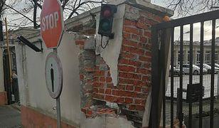 Kierowca SOP uszkodził bramę. Wiózł pancerne limuzyny prezydenta i premiera
