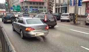 Jak żyć na najbardziej skażonej ulicy? Mieszkańcy stolicy o smogu