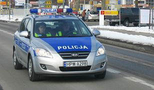 Funkcjonariusze eskortowali na sygnale rodzące w samochodzie kobiety