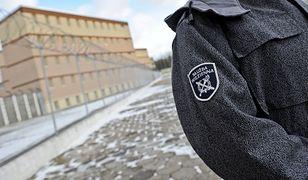 Służba Więzienna tłumaczy, że funkcjonariusze są przemęczeni.