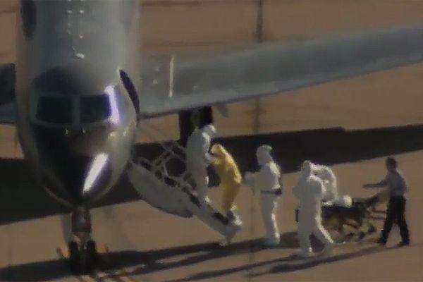 Mężczyzna bez skafandra ochronnego koło chorej na ebolę. Niepokój w USA