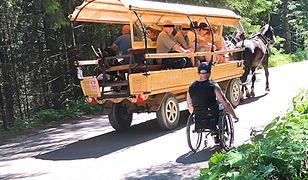 Zawstydzeni turyści unikają kontaktu wzrokowego z niepełnosprawnymi