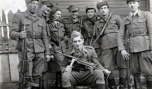 """Hieronim Dekutowski """"Zapora"""" ze swoim oddziałem. W marcu 1949 r. wykonano na nim i na 6 jego podkomendnych karę śmierci. Jego zwłoki odnaleziono w 2013 r. na """"Łączce"""" na warszawskich Powązkach"""