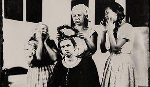 Moment zakładania wianka na głowę panny młodej