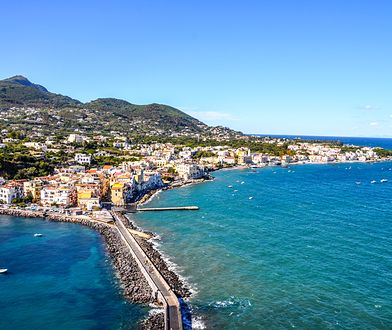 Ischia, wyspa w Zatoce Neapolitańskiej, przyciąga pięknymi plażami, źródłami termalnymi i średniowiecznymi zabytkami