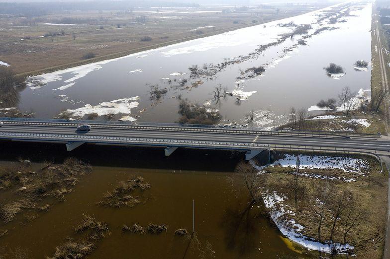 Woda w rzekach szybko się podnosi. IMGW wydał ostrzeżenia