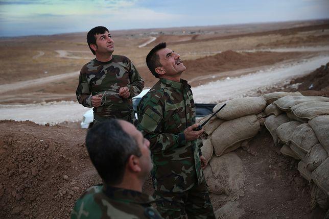 Kurdyjscy bojownicy obserwujący amerykański nalot na pozycje ISIS
